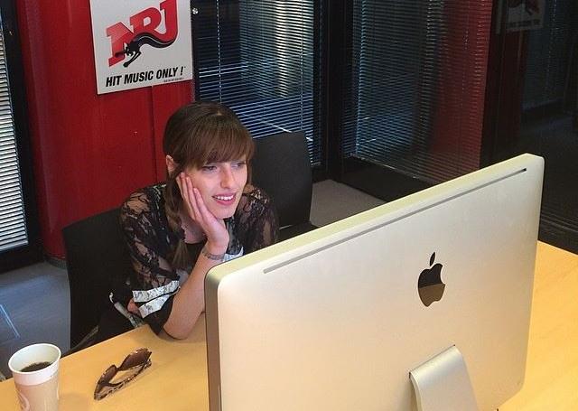 Jenn répondant aux questions des fans